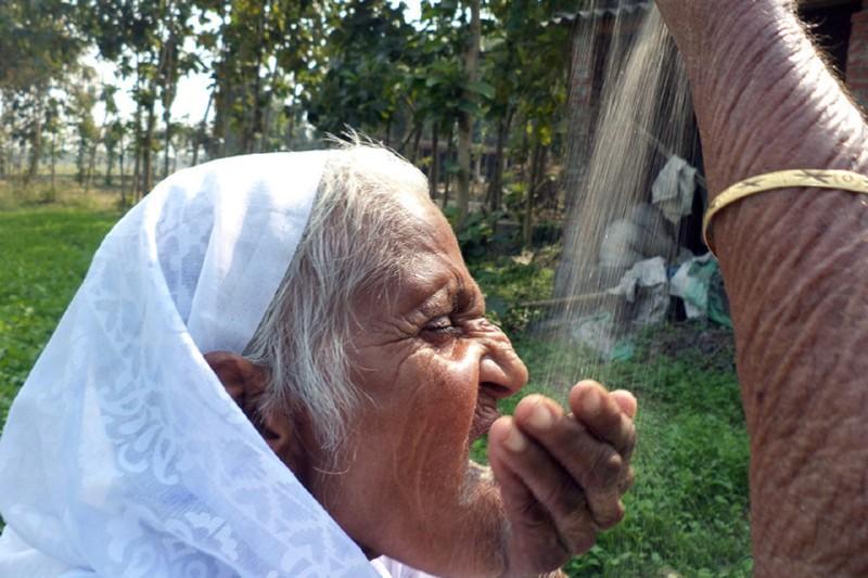 Пожилая жительница Индии питается песком и не болеет