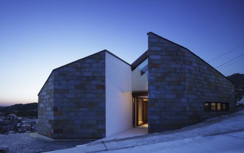 Необычный дизайн дома с простым интерьером и видом на море, порт и город