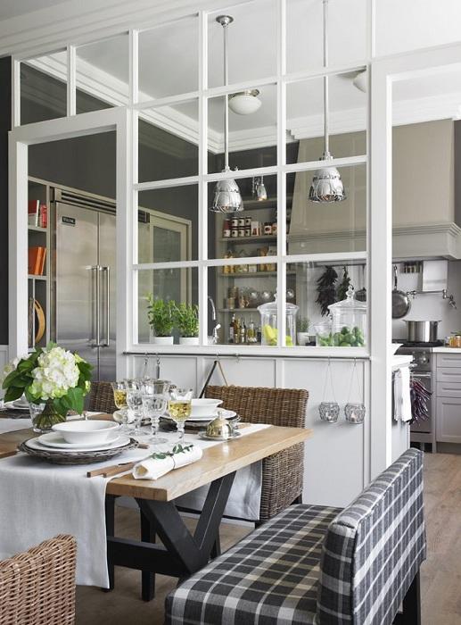 Интерьер кухни обустроен с помощью перегородки, которая разбила её на две части.