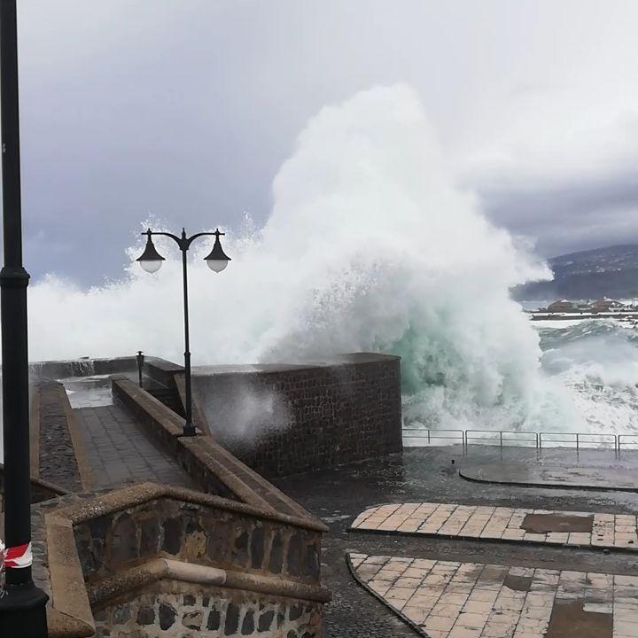 Гигантские волны захлестываю…
