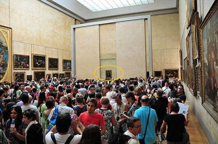 В зале, где выставлена «Мона Лиза», всегда толпится море народа и увидеть великое творение Леонардо да Винчи вряд ли удастся. | Фото: lenta.ua.