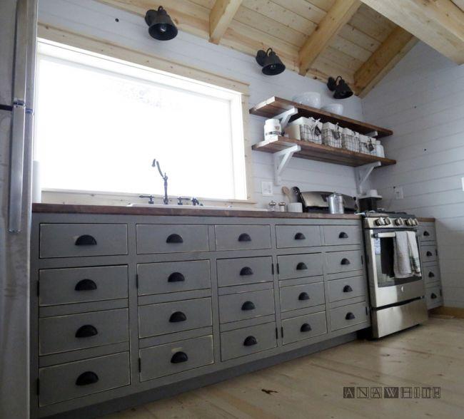 Простая кухня из досок и фанеры
