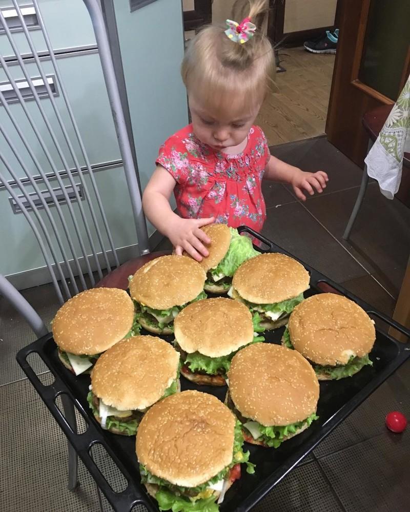 Дочка пробует папино фирменное блюдо готовка, еда, мужчины, на кухне, умелые руки