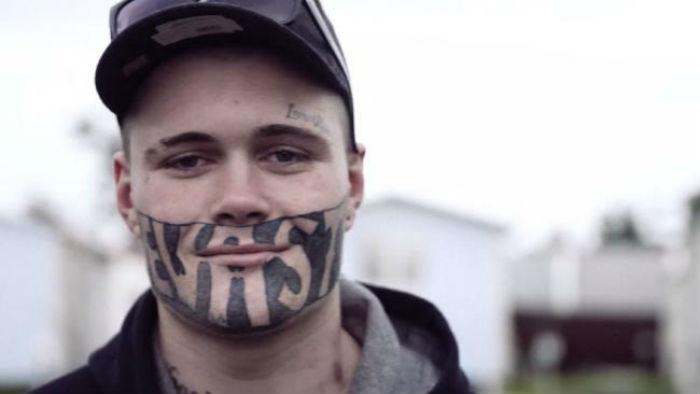 19-летний парень с татуировкой на лице ищет хоть кого-нибудь, кто предложит ему работу