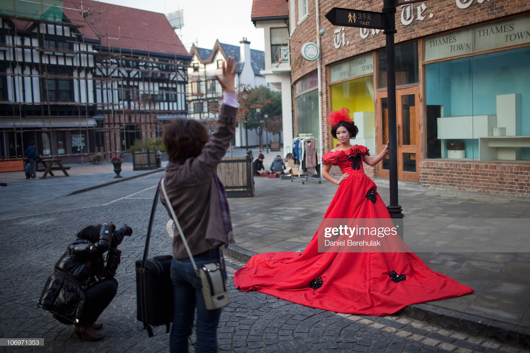 Chinese Newlyweds Photographed In Thames Town : News Photo