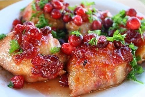 Куриная грудка под соусом из клюквы — идеальное дополнение праздничного меню