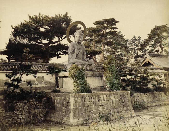 Главной достопримечательностью района Асакуса является старейший буддийский храм Сэнсодзи (Sensoji), построенный еще в 7 веке.