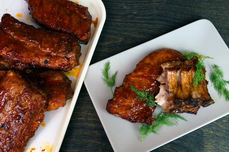 Фото к рецепту: Свиные рёбрышки в карамельной глазури с дымком