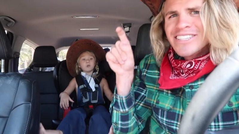 Папа с дочкой сняли супер-шоу в машине для мамы. Сюрприз удался!
