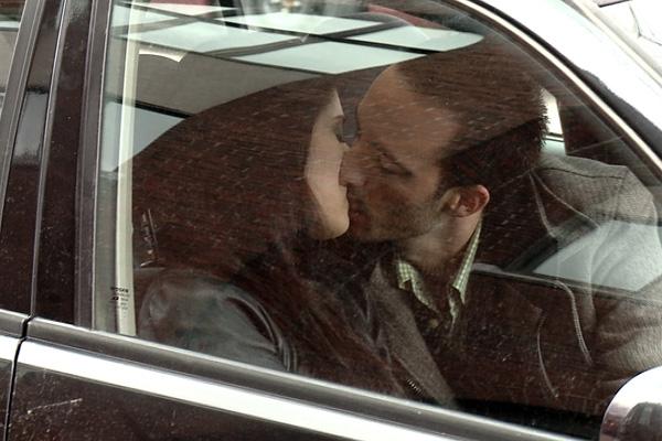 Парень с девушкой обнимаются в машине... Улыбнемся)))