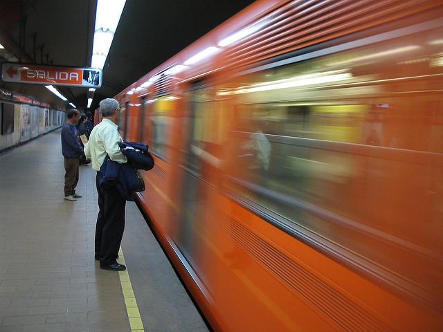 Неизвестный в маске распылил токсичное вещество на станции метро в Стокгольме