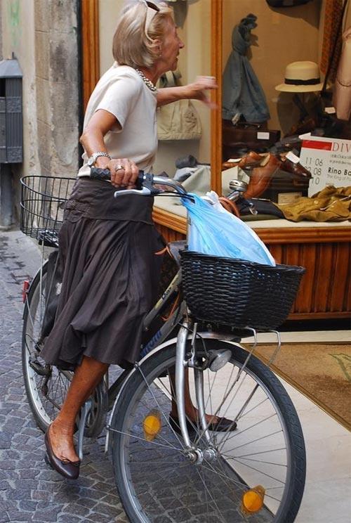 Футболка и пышная юбка на пожилой женщине: С - стиль