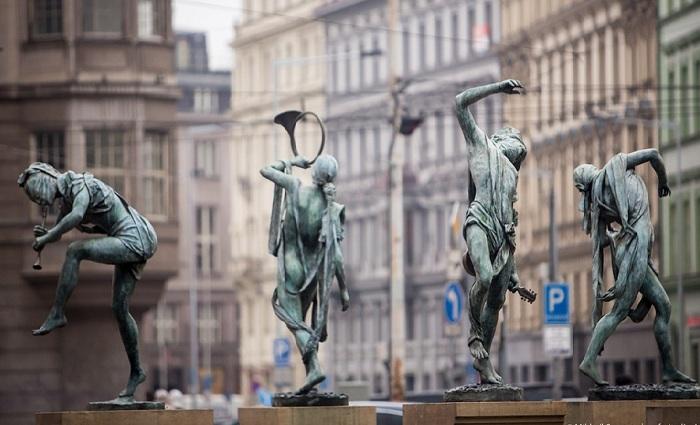 Уникальный фонтан «Чешские музыканты»: Аллегория великих рек в скульптурной композиции в самом центре Праги