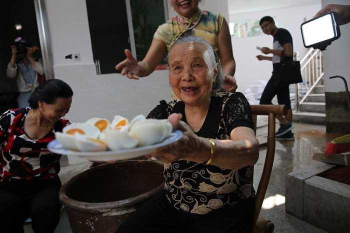 86-летняя китаянка возродила деревню продажами яиц через Интернет