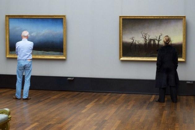 Посетители музеев, чей внешний вид сочетается с картинами