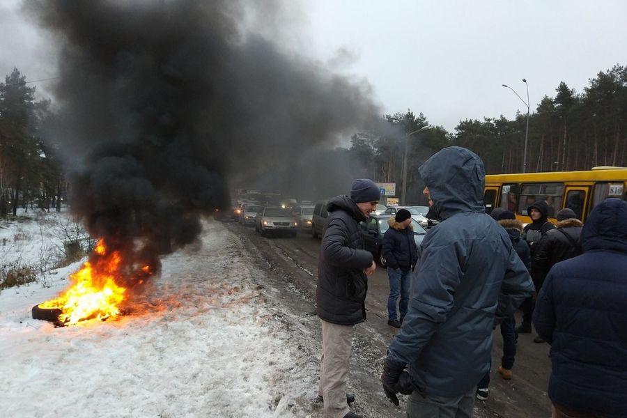 Украинские активисты блокируют въезды в Киев и жгут шины