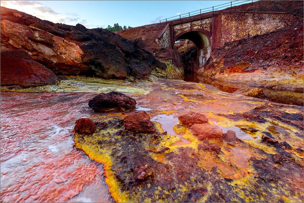 Красная река Rio Tinto в Испании