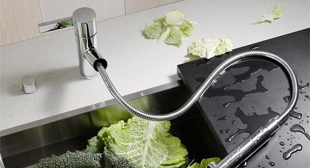 Нужен ли на кухню смеситель с выдвижным изливом