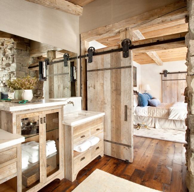 Брашированное дерево в интерьере ванной стиля лофт