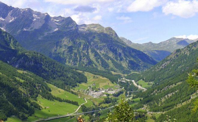 Симплон Италия Знаменитая альпийская долина раскинулась между нескольких четырехтысячников Симплон Велли разделяет Швейцарию и Италию так что у вас есть уникальная возможность устроить пикник на границе двух стран
