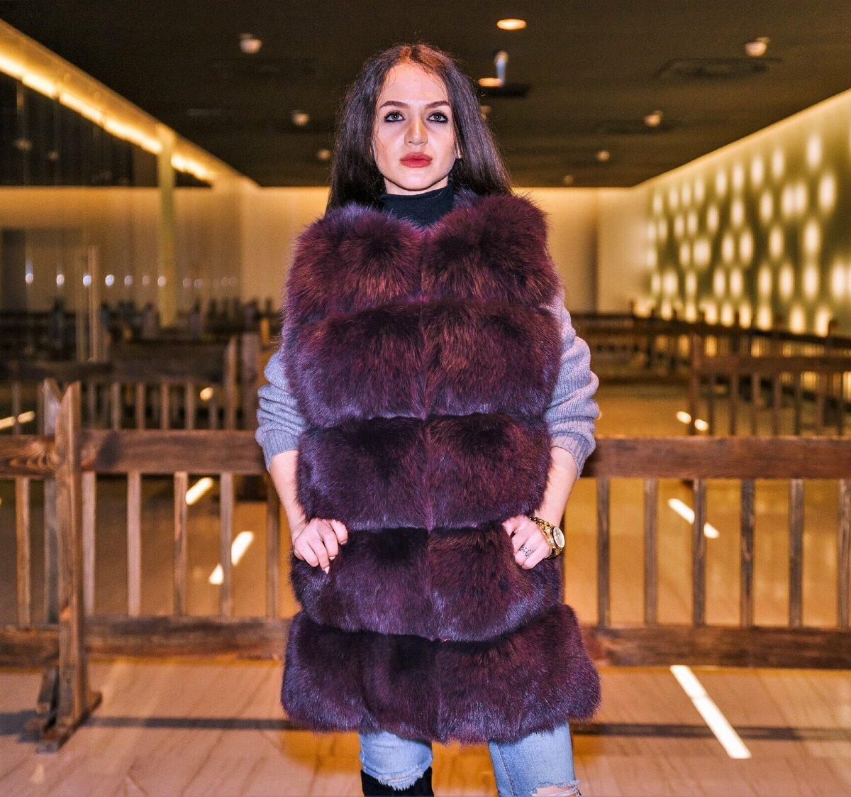 Женщина в жилете-гусенице. /Фото: static.tildacdn.com