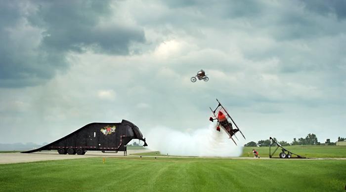 Прыжок на мотоцикле над летящим самолетом стал гвоздем авиа-шоу Cameron Airshow