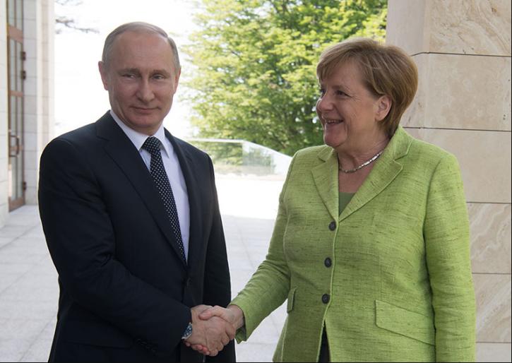 Меркель пообещала Путину, что проведет переговоры с Порошенко