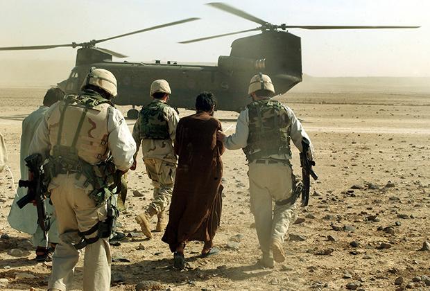 Военнослужащие США с задержанным во время рейда в Сангин, 2003 год