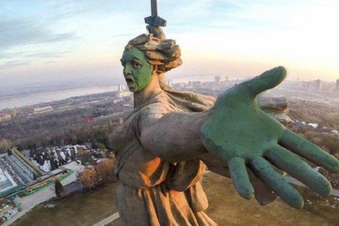 «Это плевок в каждого ветерана». Сторонников Навального требуют наказать за «облитую» зеленкой «Родину-мать»