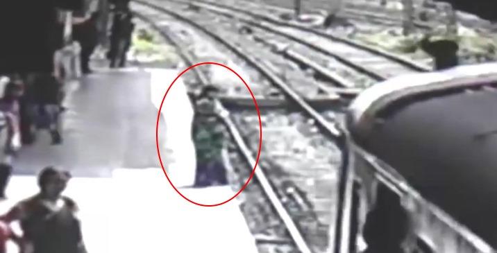 В Индии на видео засняли как женщина прыгнула под поезд и... исчезла