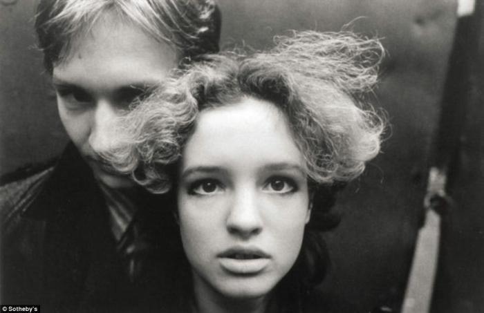 Две фотографии сделанных Игорем Мухиным в 1980-е годы, когда он снимал московское панк-рок-движение, были оценены в 6-8 тысяч фунтов стерлингов.