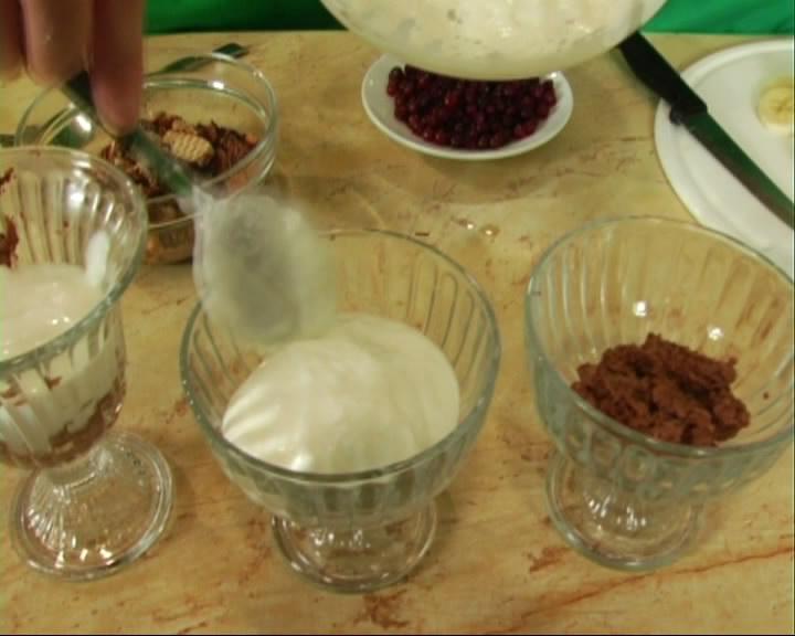 В креманки выкладываем слой, пропитавшегося кофейной жидкостью, печенья и заливаем его слоем крема.