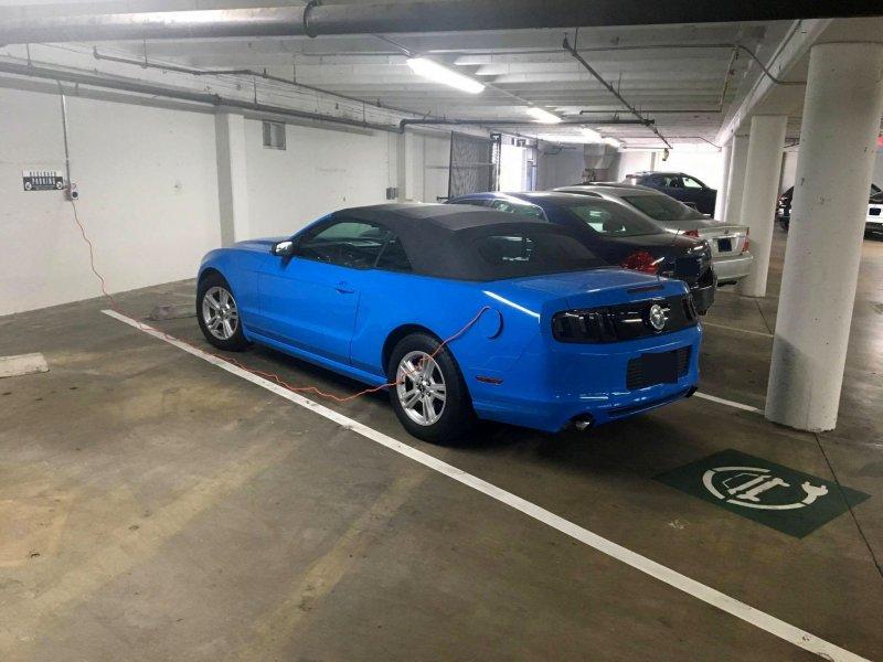 """Водитель """"замаскировал"""" свой Форд на парковке для электромобилей"""
