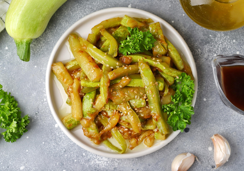 Жареные кабачки с чесноком и соевым соусом за 15 минут