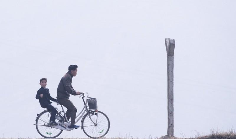 1. Граница Северной Кореи со стороны Китая, 15 апреля 2017. (Фото Johannes Eisele): Тоталитаризм, гранциа, китай, севераня корея