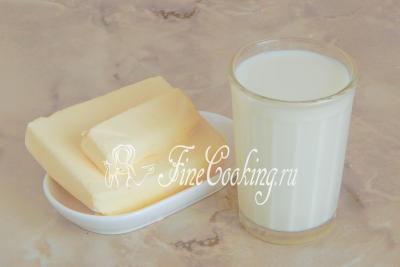 Шаг 1. Чтобы сделать жирные сливки, которые подходят для взбивания, возьмем всего два ингредиента - сливочное масло и молоко