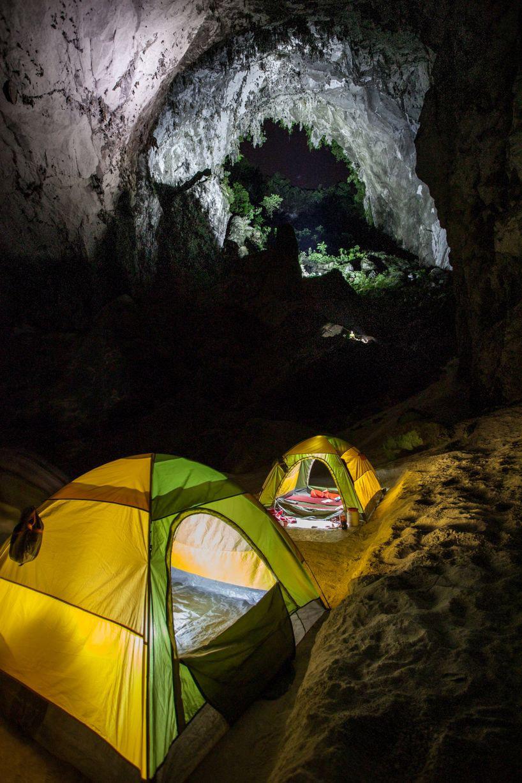 Необычный отдых — приехать туристом и разбить в самой большой в мире пещере лагерь