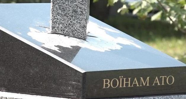 Нож в спину! В Киеве открыли памятник в виде вонзенного в карту России меча