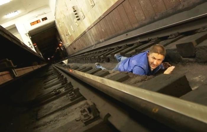 Инструкция, которая может спасти жизнь: Что делать, если в метро упал на рельсы