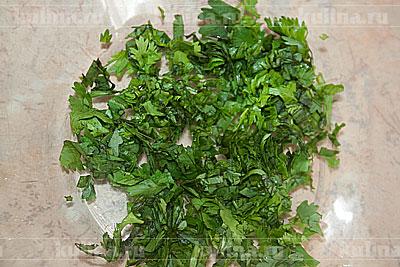 Взять миску. Зелень мелко нарезать и положить в миску.