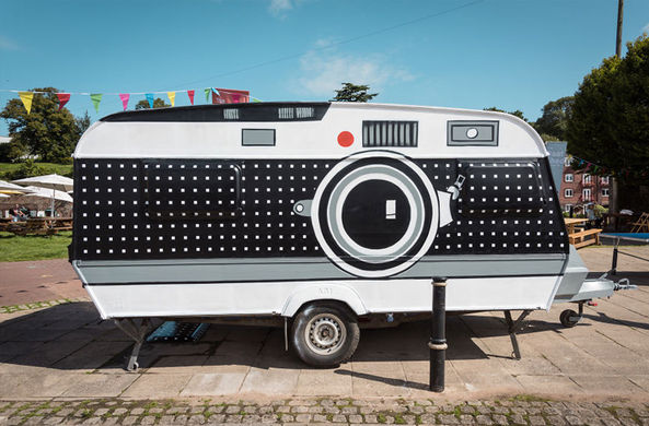 Британец превратил фургон в огромную фотокамеру