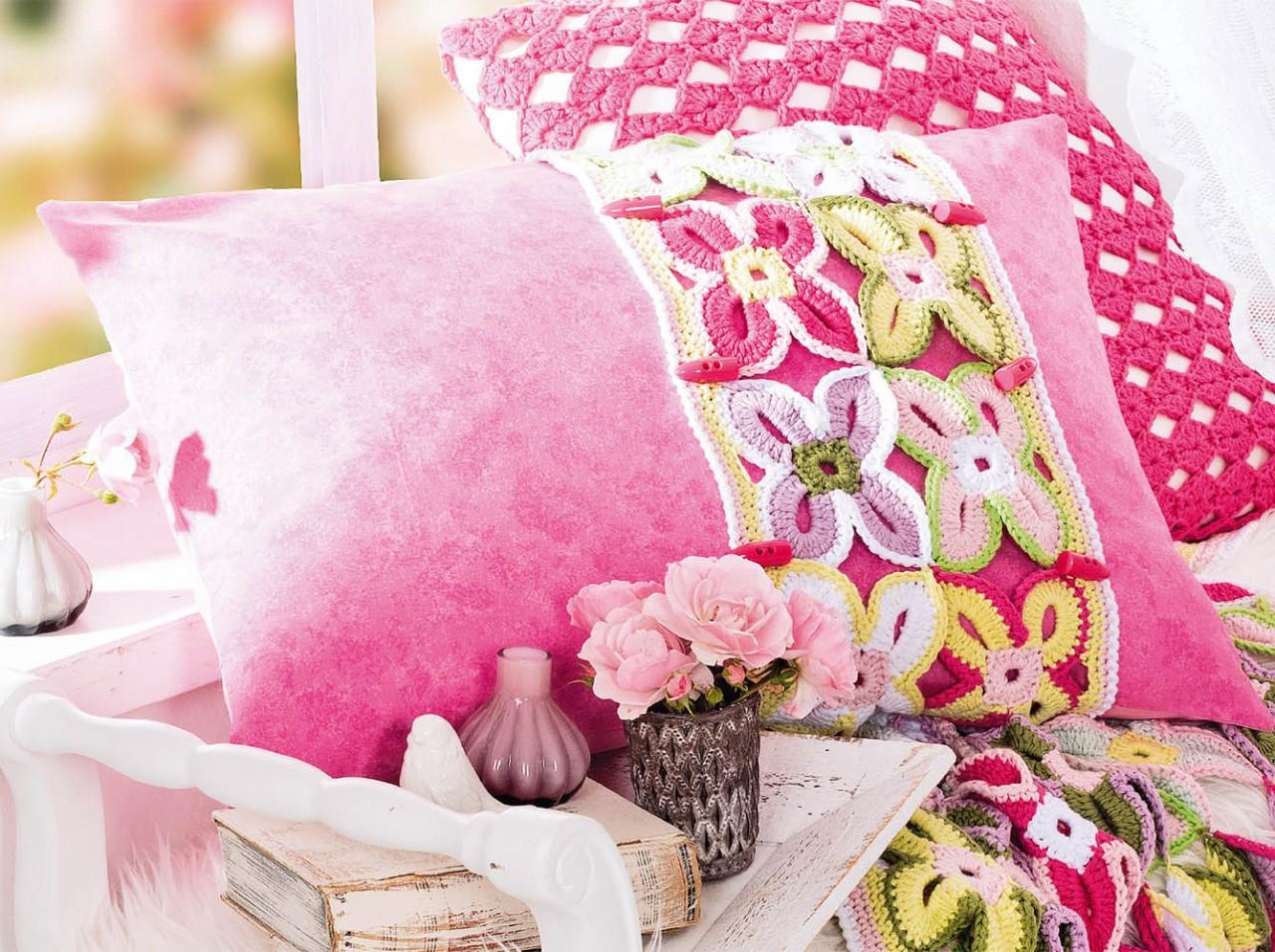 Подушка с цветочными мотивами