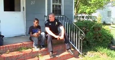 Сотрудник полиции откликнулся на просьбу о помощи 13-летнего мальчика, который хотел убежать из дома. То, что сотрудник полиции увидел у него в комнате, разбило ему сердце…