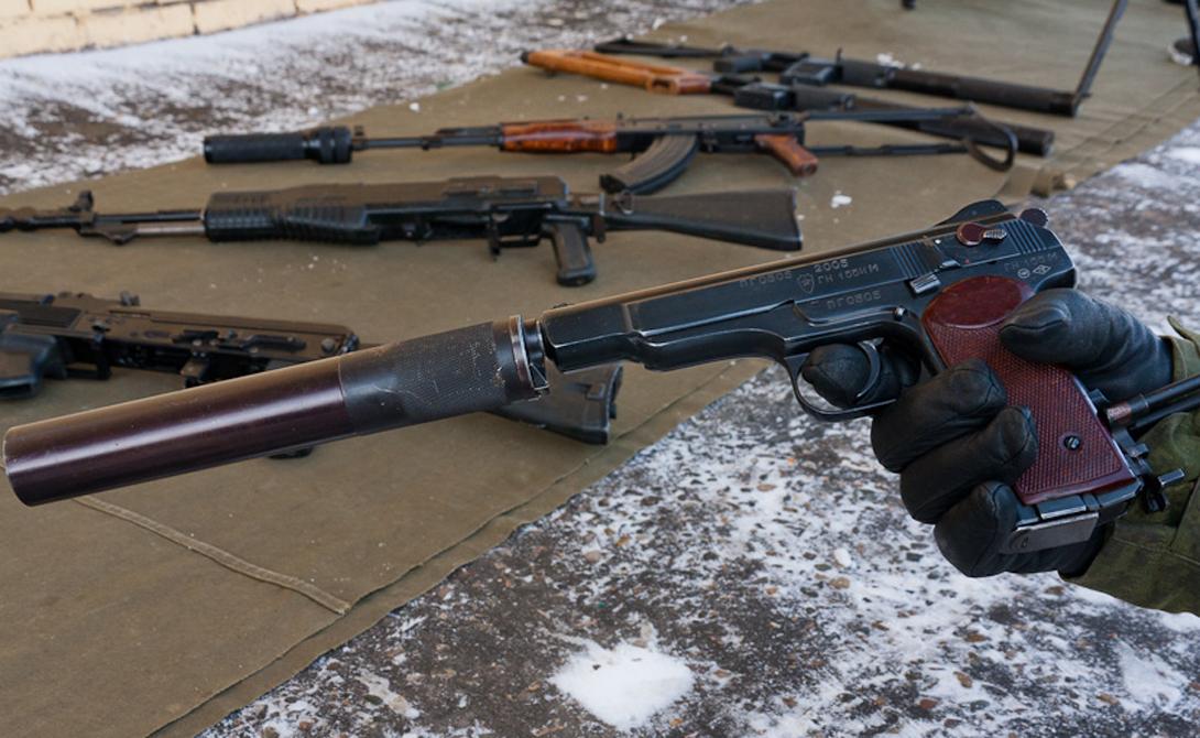 АПС Стечкина Один из лучших пистолетов, выпущенных на территории Советского Союза. Отличительная особенность — приклад-кобура, благодаря которому стрелок может значительно повысить точность выстрела. К тому же, АПС умеет стрелять очередями, что вкупе с повышенным боезапасом делает его весьма грозным оружием.