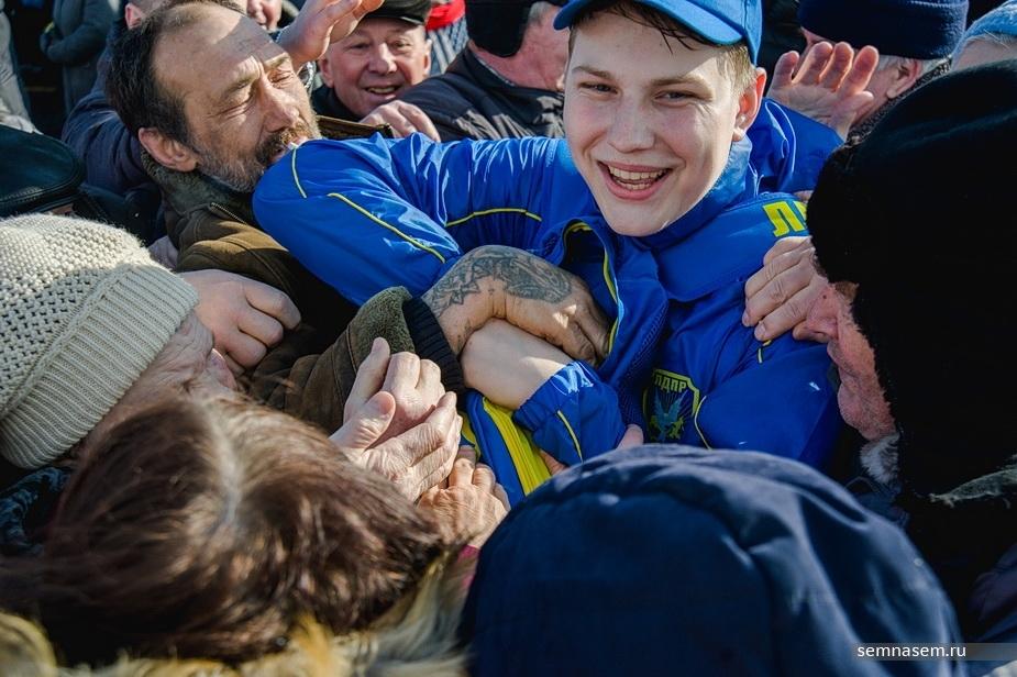 «Как собакам кидают»: в Кирове сотни людей устроили давку за бесплатные футболки,ручки и кепки от ЛДПР