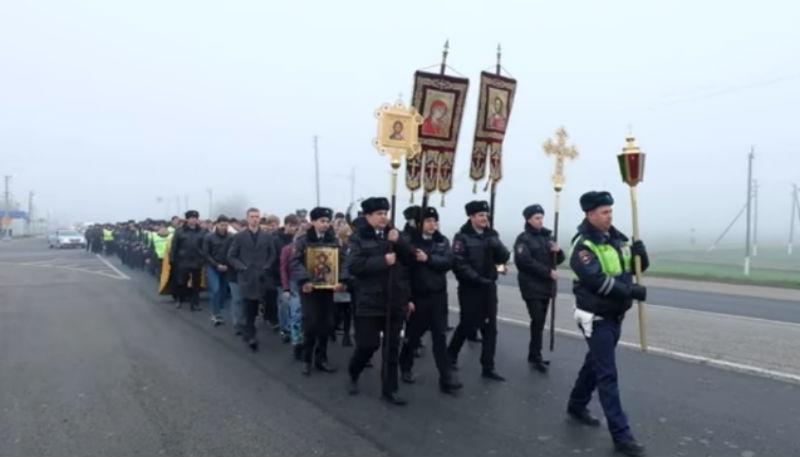 Сотрудники ГИБДД вышли с крестом против ДТП на аварийном участке Темрюк — Краснодар