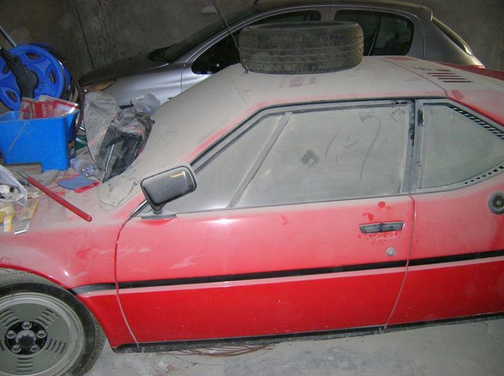 Классическая гаражная находка: куча хлама и толстый слой пыли