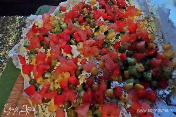 Сверху насыпаем,что хотим: кукурузу, горошек, сладкий перчик, помидорку (без сока), свежий огурец (или маринованный)... Всё порезано мелкими кубиками.