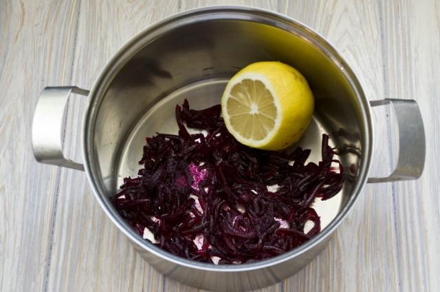 В кастрюлю натираем половину свёклы, добавляем соль, сок лимона. Заливаем водой