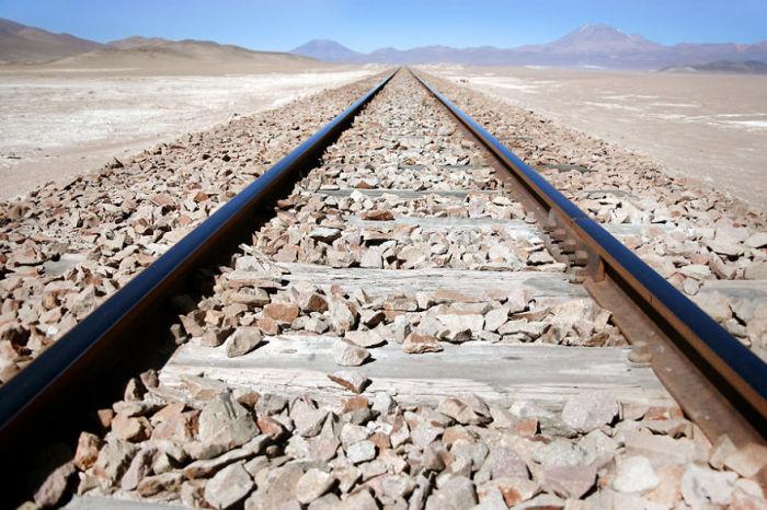 Железнодорожное полотно проходящее через пустынные горы.